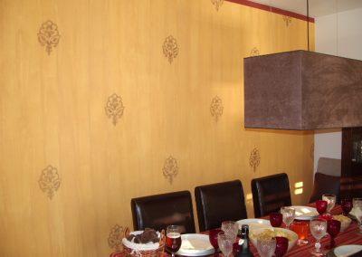 Sala de jantar com papel de parede falso